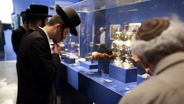 « A world apart next door : glimpses into the life of Hasidic Jews » au Musée d'Israël