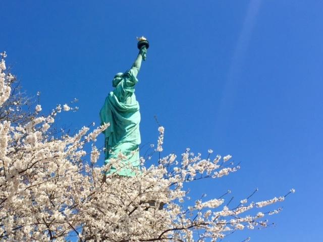 Au pied de la Statue de la Liberté, Liberty Island. Copyright © Cultures-J.com.