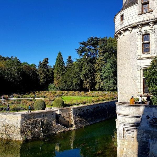 Château de Chenonceau : le jardin Catherine de Médicis vu depuis l'entrée du château