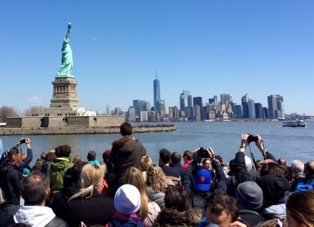 Manhattan et la Statue de la Liberté vus depuis le ferry. Copyright © Cultures-J.com.