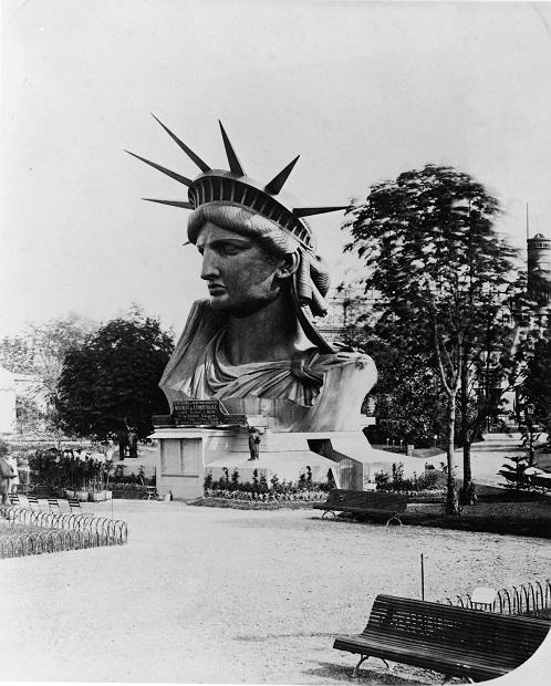 Tête de la Statue de la Liberté exposée sur le Champs-de-Mars, 1878.